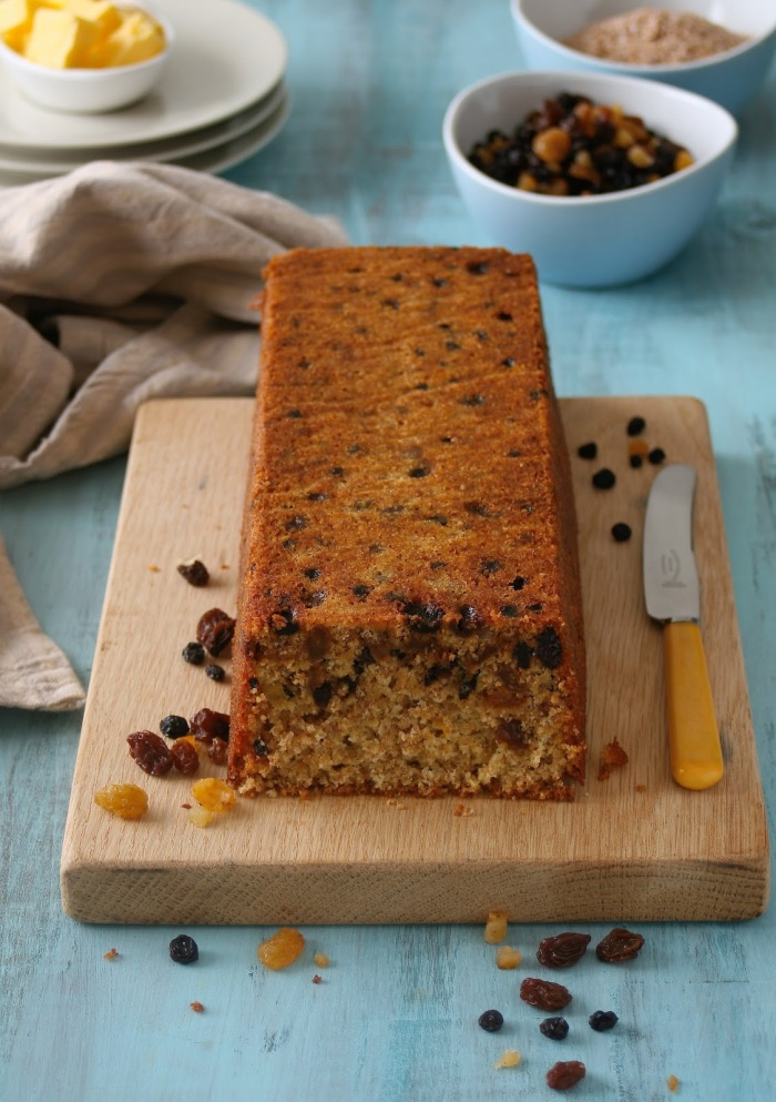 Loaf cake with bran and dried fruit.