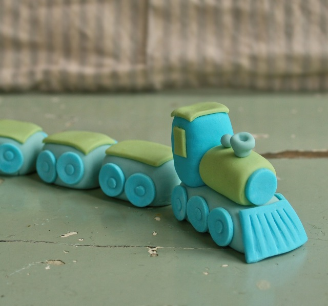 Easy fondant train cake topper.
