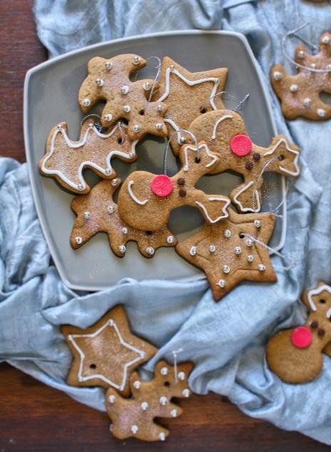 Star cookies to hang on the Christmas tree.