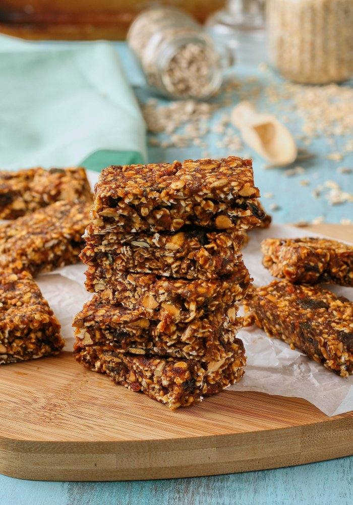 Muesli bars with dates and seeds.