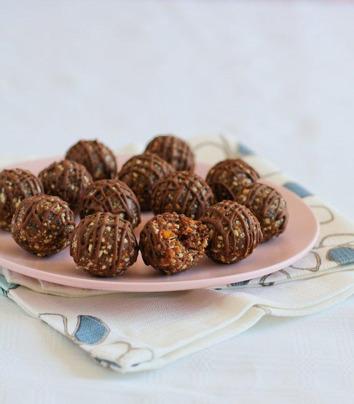 Cinnamon date balls for Easter